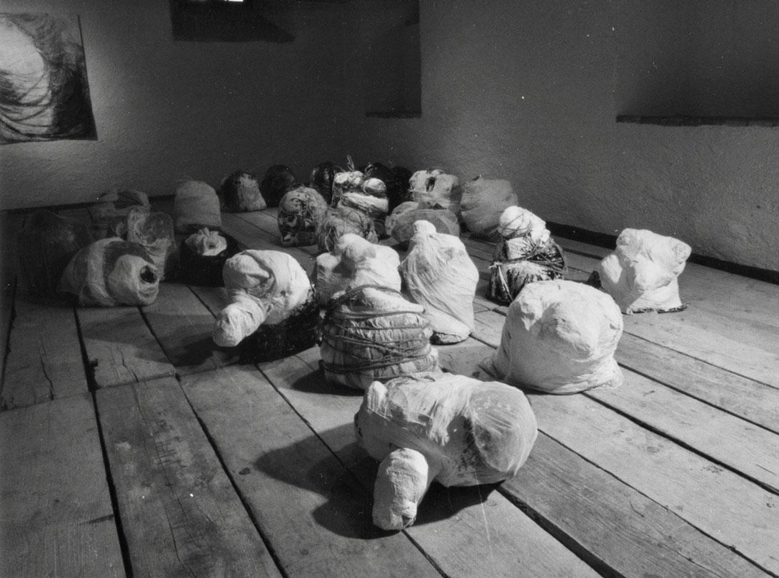 sackgeburten 1-29  1994  35lt kehrichtsaecke/muellinhalt/mixed media  400 x 1000 cm